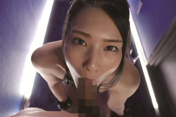人気AV女優の本庄鈴ちゃんがフェラをしているエロ画像