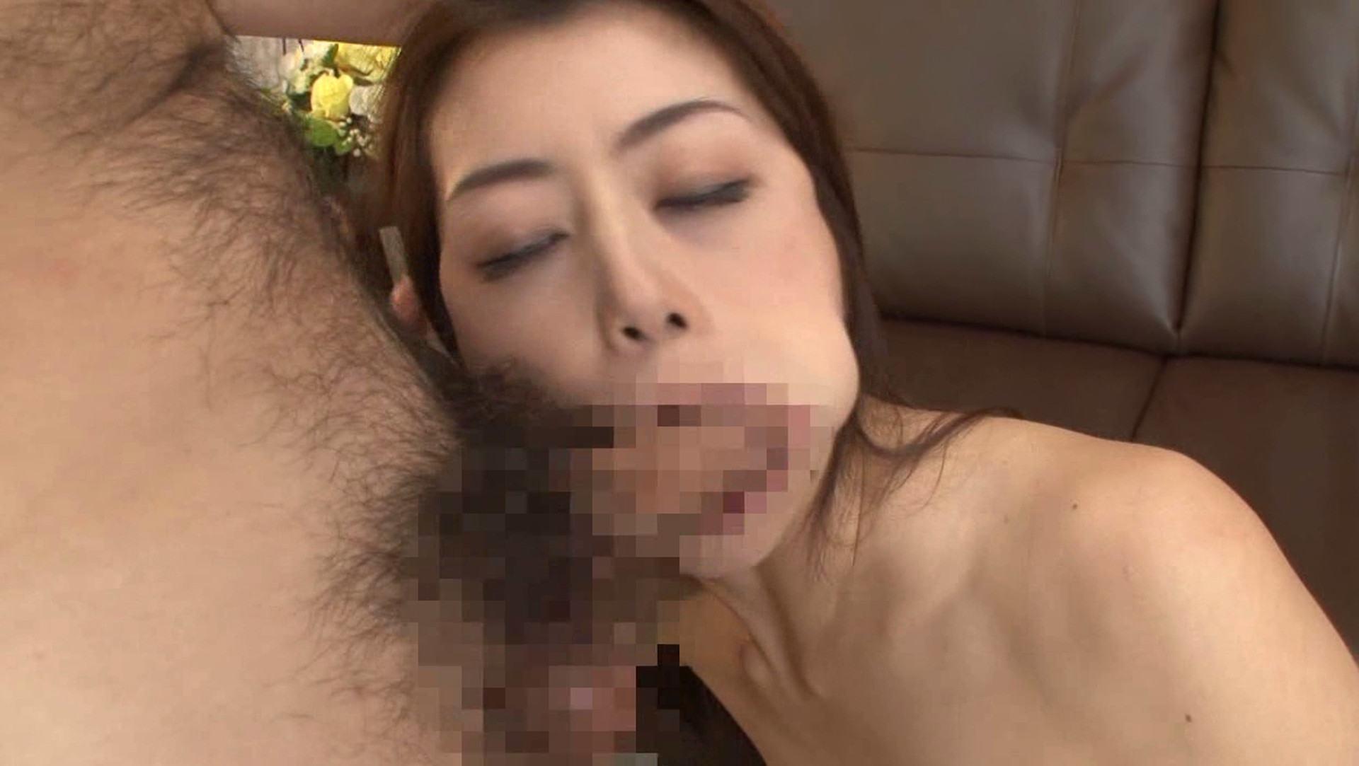 人気美熟女AV女優の北条麻妃さんが娘婿のチンポをフェラしているエロ画像