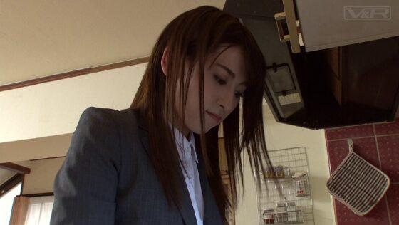 「新卒採用で入社した優しいデカ尻姉の黒パンスト姿に理性崩壊!」の冒頭シーン