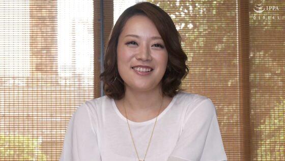 小林真保さんが出演した「初撮り人妻ドキュメント」の冒頭シーン