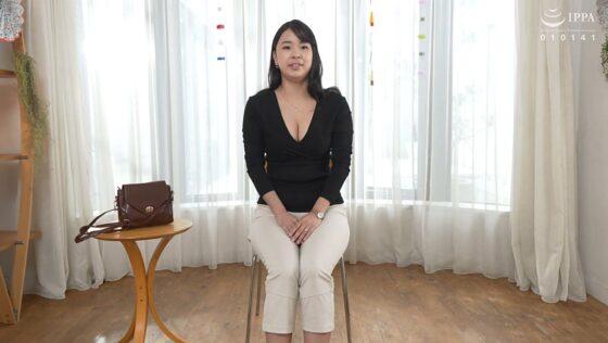 松山早苗が出演した「初撮り人妻ドキュメント」の冒頭シーン