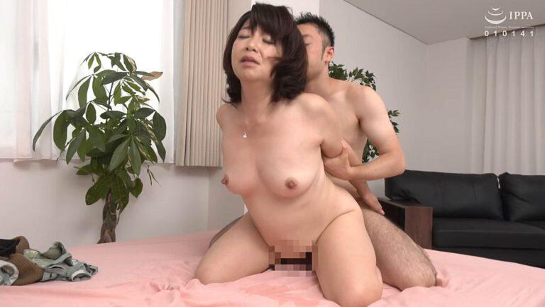 熟女・三沢蘭さんが「初撮り五十路妻ドキュメント」でバックSEXをしているエロ画像
