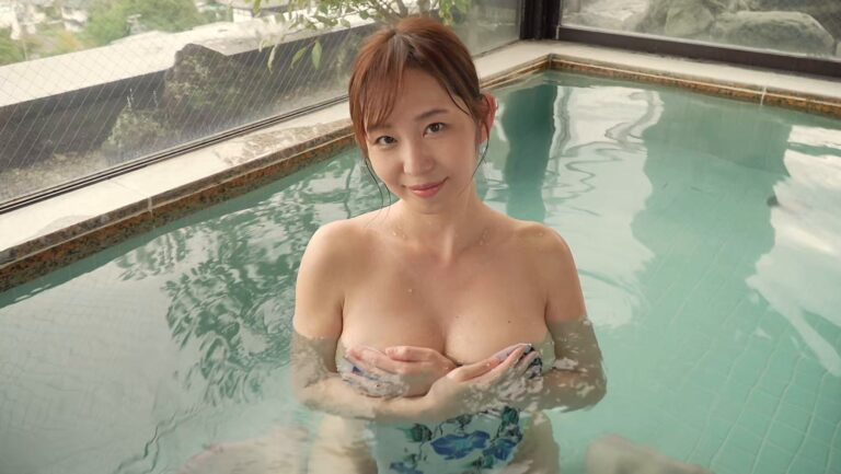 人気グラドルの塩地美澄ちゃんが「move on」で温泉で手ブラをしている画像