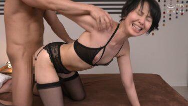 51歳の熟女・生野光代さんが「初撮り五十路妻、ふたたび。」で四つん這いバックSEXしているエロ画像