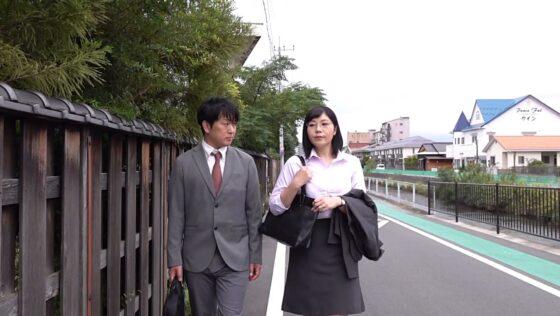 松本みなみが出演した「憧れの女上司と」の冒頭シーン