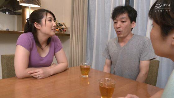 永野あかりさんが出演した「彼女の母親がエロ下着と中出しで彼氏を誘惑しはじめた」の冒頭シーン