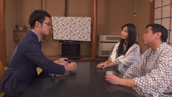 並木塔子さんが出演した「ネトラレーゼ 部下とまさか・・・」の冒頭シーン