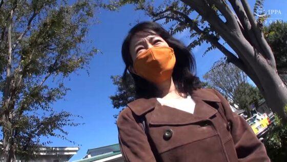 千春が出演した「日帰り温泉 熟女色情旅 #018」の冒頭シーン