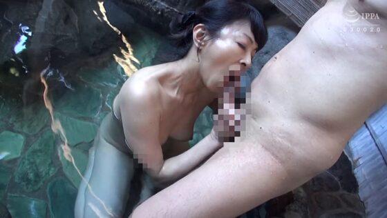 五十路熟女・千春さんが「日帰り温泉 熟女色情旅 #018」でフェラをしている画像