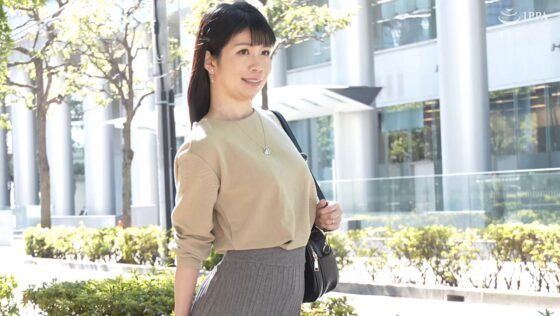 宮沢ふみが出演した「初撮り人妻ドキュメント」の冒頭シーン