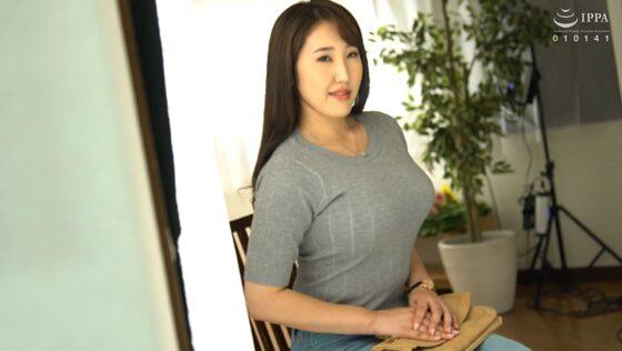 逢坂瞳が出演した「初撮り人妻ドキュメント」の冒頭シーン