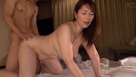 人気熟女AV女優・翔田千里さんが「たびじ 母と子のふたり旅」で四つん這いバックセックスしているエロ画像