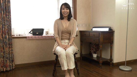 結城薫が出演した「初撮り五十路妻ドキュメント」の冒頭シーン