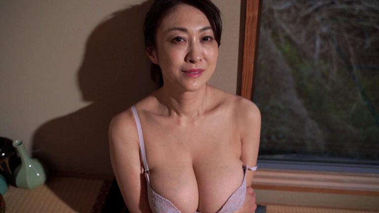2020年のイメビ年間人気ランキング1位に輝いた熟女グラドル沢地優佳さんが「Legend~桜影~」で下着姿を披露している画像
