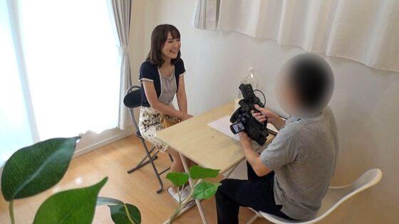 明美さんが出演した「素人奥様AV面接 チ〇ポを求めてやって来た欲求不満の五十路美熟女」の冒頭シーン