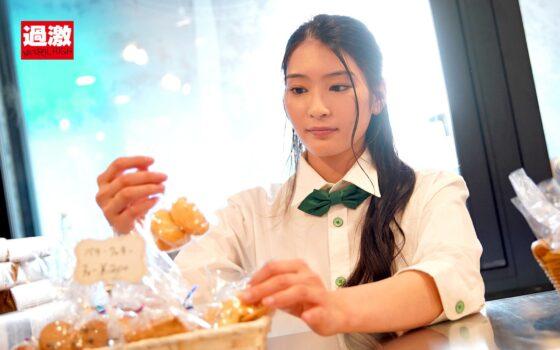 本庄鈴が出演した「接客中に顔を紅潮させながら感じまくるバイト娘 ~ケーキ屋、中華料理店、洗車場~ SODstarVer.」の冒頭シーン