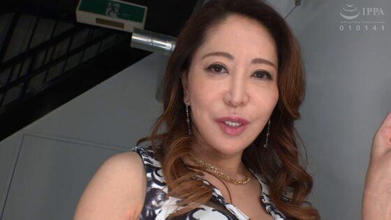 沢田麗奈が出演した「淫口セレブ妻がち○ぽ汁を喰い尽くす!」の冒頭シーン