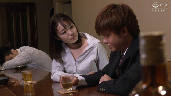 藍川美穂が出演した「ボクにだけ卑猥な素顔を見せる淫乳女上司と秘密の出張中出し不倫旅行」の冒頭シーン
