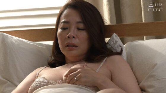 佐倉由美子が出演した「抜かずの六発中出し 近親相姦密着交尾」の冒頭シーン