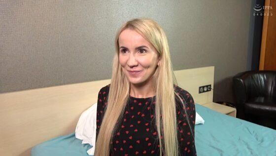 「東欧の街角で見つけた極上の若妻 金髪ロシア美女【ターニャ】」の冒頭シーン