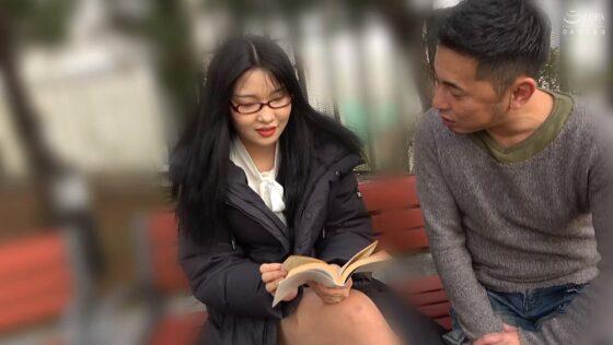 「韓国で見つけた読書に夢中な堅物系の彼女は、エッチなこと好きでしょ?の直球質問にドギマギ!」の冒頭シーン