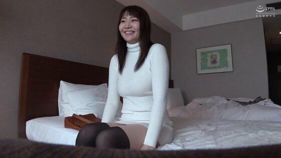 愛ちゃんが出演した「顔は●利なのに、高身長176cmモデル体型の巨乳ボンキュッボン女子大生、金欠につきAV応募。」の冒頭シーン
