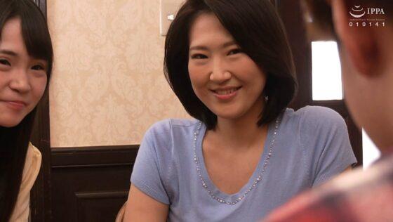 水川由里が出演した「彼女の母親がエロ下着と中出しで彼氏を誘惑しはじめた」の冒頭シーン