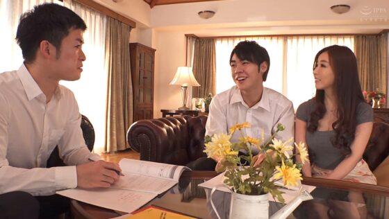 中野七緒が出演した「あん時のセフレは...友人の母親」の冒頭シーン