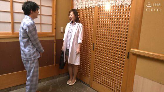 瀬月秋華が出演した「熟れた女医さんがデカチンを弄ぶドスケベ勃起検診」の冒頭シーン