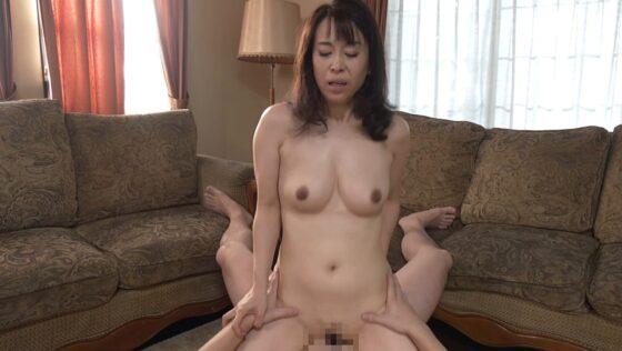 熟女AV女優・結城薫さんが「我が家の美しい姑 五十歳」で騎乗位セックスをしているエロ画像