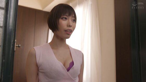今井夏帆と川菜美鈴が出演した「引越したマンションで両隣の人妻2人に玄関先で毎日誘惑されチ●ポが乾く暇もない僕 今日も朝から騎乗位で中出しさせられてます」の冒頭シーン