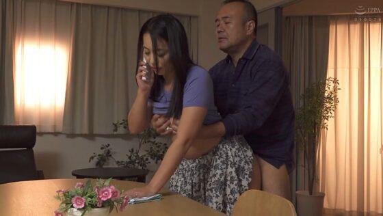 田所百合が出演した「この世は男と女だけ 義父に抱かれ続けた後」の冒頭シーン
