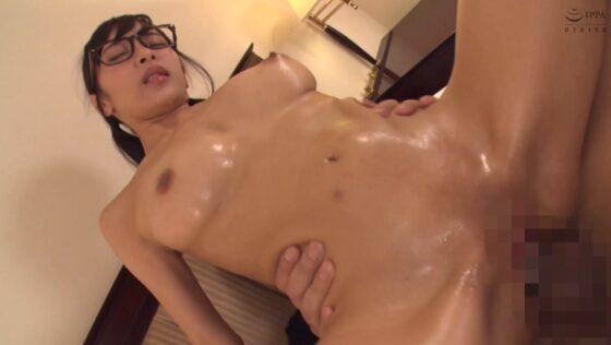 Hカップ巨乳の人気AV女優・逢見リカちゃんが「地味で三つ編みメガネ陰キャ娘は・・・」で背面騎乗位セックスしているエロ画像