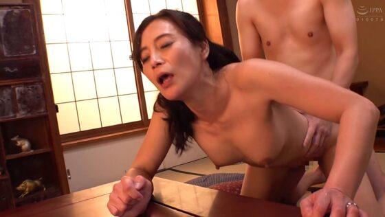 五十路熟女AV女優・平岡里枝子さんが「許して・・・この婿の子供が欲しい」で後背位セックスしているエロ画像