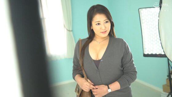 神田三久が出演した「初撮り人妻ドキュメント」の冒頭シーン