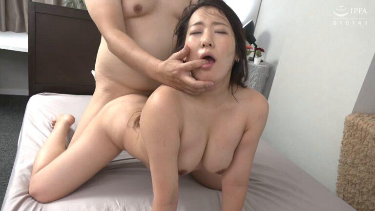 専業主婦の神田三久さん三十三歳が「初撮り人妻ドキュメント」で四つん這いバックセックスしているエロ画像