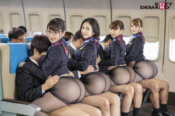 「「制服・下着・全裸」でおもてなし またがりオマ○コ航空 13 ガニ股騎乗位便 黒パンストver」の冒頭シーン