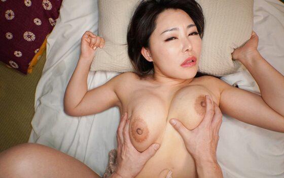 みのりさんが「河原のエロ本のような四十路の熟女」で正常位セックスしているエロ画像