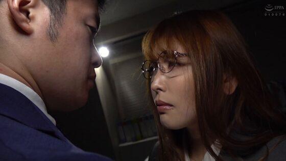 新村あかりが出演した「憧れの女上司と」の冒頭シーン