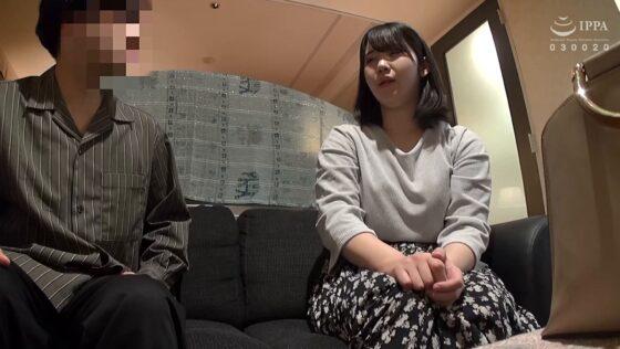 奈美(仮名)が出演した「人妻自撮りNTR 寝取られ報告ビデオ 13 二十八歳、結婚五年目、自営業」の冒頭シーン