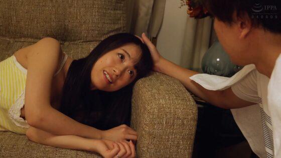 長瀬麻美が出演した「「あなた、愛してる・・・」NTR願望を満たすため、愛する妻に中出しサービスをさせた寝取らせ美容室」の冒頭シーン