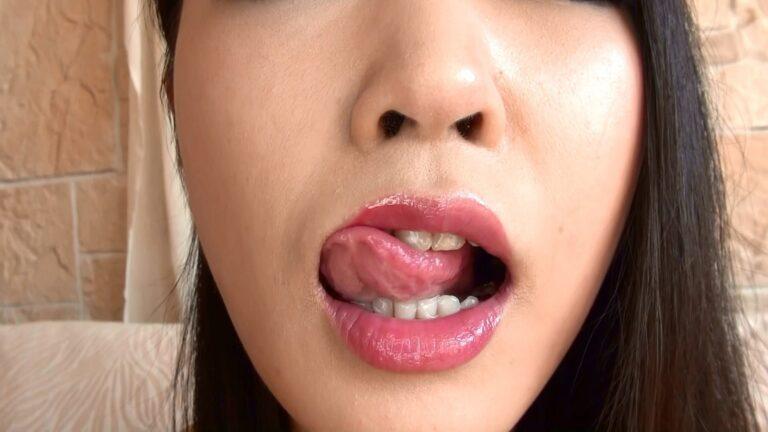 女の子がカメラの前で舌を出しているフェチ画像