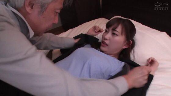 美谷朱里が出演した「父親の愛人を性奴●にして孕ませ中出し10連発」の冒頭シーン