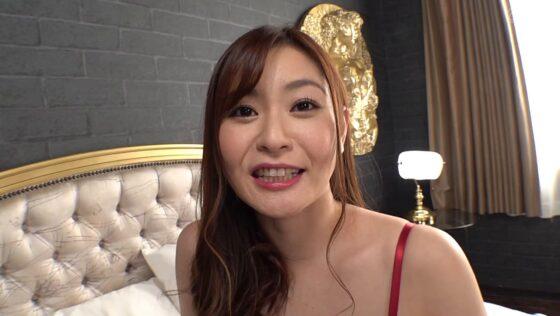 葵百合香が出演した「尻穴解禁 美熟痴女の初アナルFUCK」の冒頭シーン