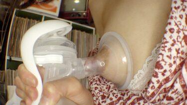 人妻のあおいが搾乳器を使って母乳を搾り取っている画像
