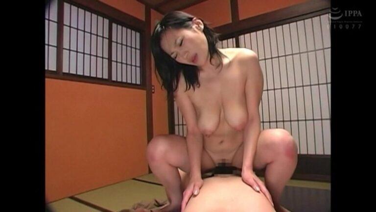 熟女AV女優・北原夏美さんが「母子交尾 完全ノーカットスペシャル」で騎乗位セックスしているエロ画像