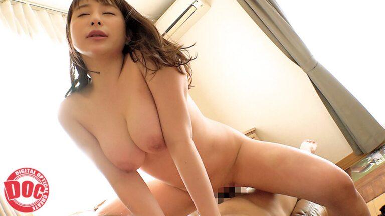 「未だに現役ヤリマンママが童貞くんの家で筆下ろし」で奥様が騎乗位セックスしているエロ画像