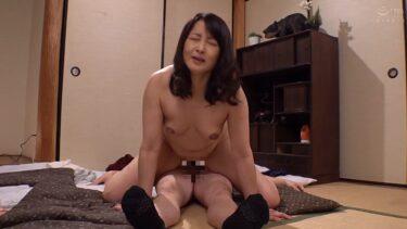 熟女・高倉梨奈さんが「上司の母に中出し」で騎乗位セックスをしているエロ画像
