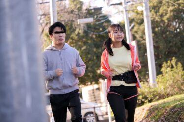 ともこちゃんが「ジョギング友達の揺れるHカップ爆乳」で主人公と一緒にジョギングしている画像