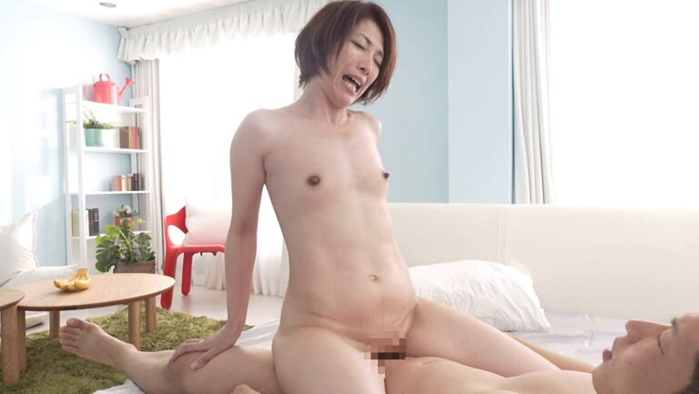 四十路熟女の専業主婦・山口里花さんが「初撮り人妻ドキュメント」で騎乗位セックスをしているエロ画像